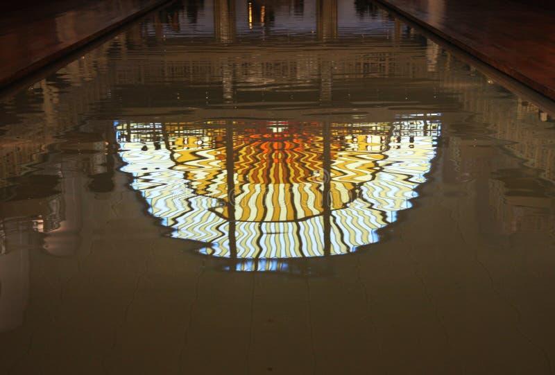 污迹玻璃窗在游泳池反射了在La鱼的艺术馆和产业,鲁贝法国 免版税图库摄影