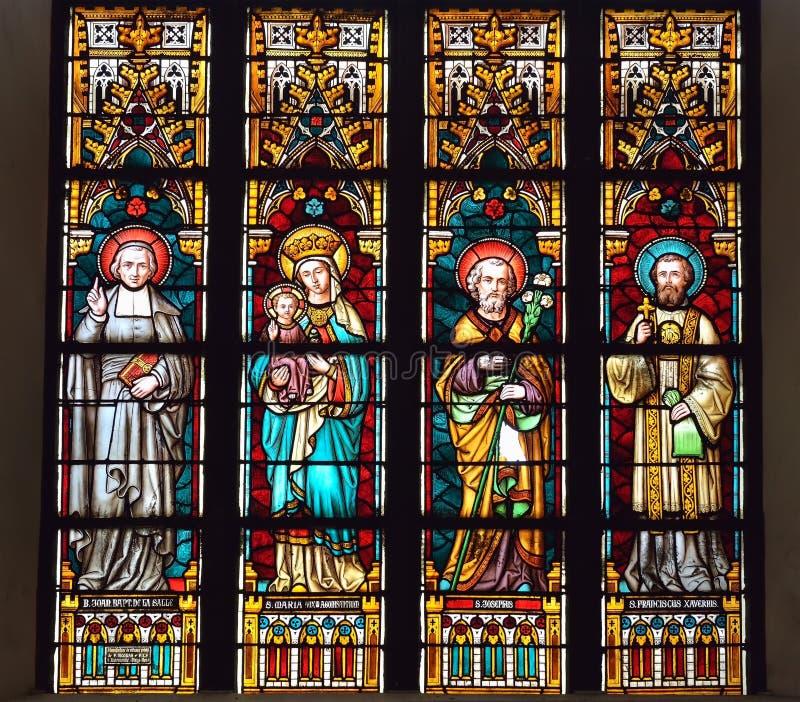 污迹玻璃窗在圣伊丽莎白教会里 免版税库存图片