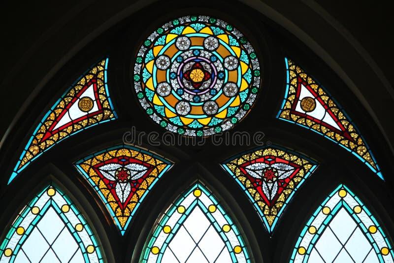 污迹玻璃窗在里加大教堂里在里加,拉脱维亚 库存图片