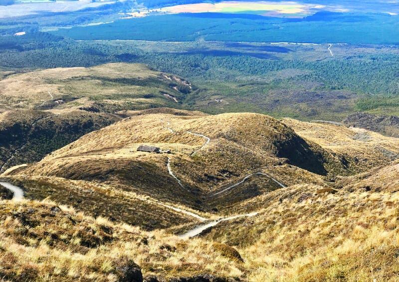 汤加里罗高山横渡的轨道在新西兰 免版税库存照片