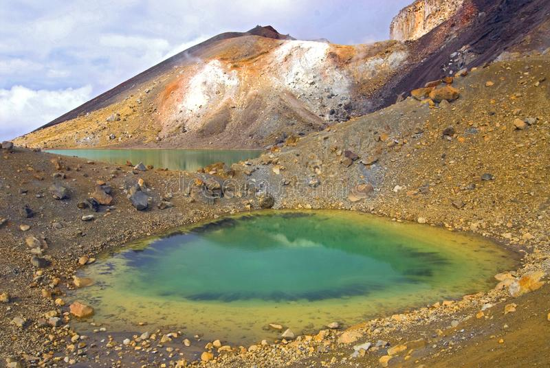 汤加里罗高山横穿的鲜绿色湖横跨火山的国立公园,新西兰 库存照片
