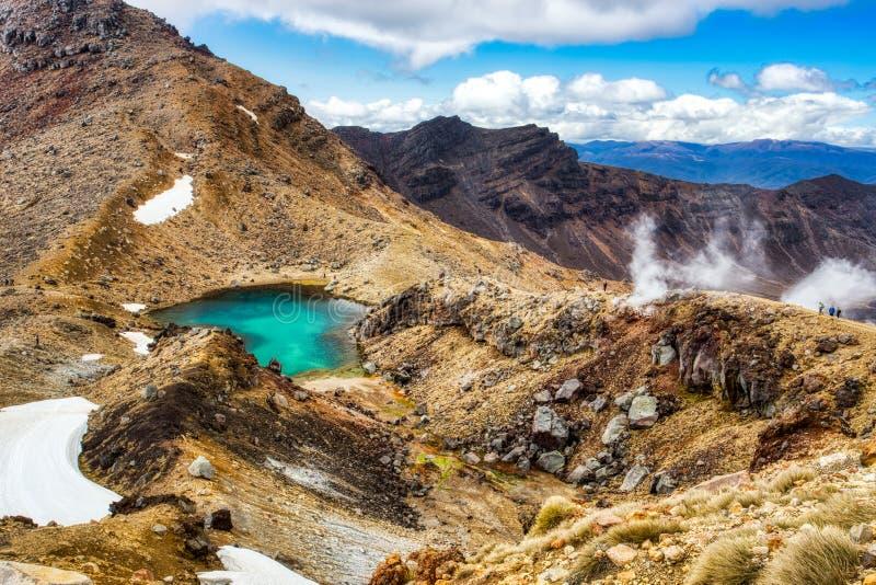 汤加里罗高山横穿轨道的,东格里罗国家公园,新西兰鲜绿色湖 图库摄影