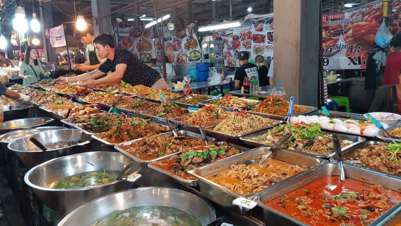 汤和其他食物在泰国食物市场上 库存照片