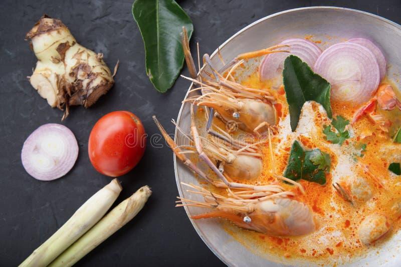 汤姆薯类kong或汤姆,汤姆薯类是辣纯净汤典型在泰国烹调 汤姆在木桌上的薯类kong r 免版税图库摄影