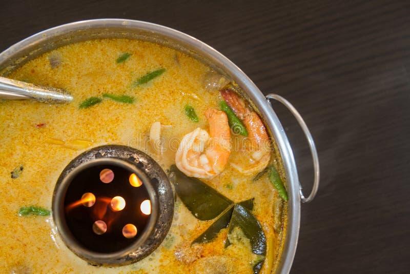 汤姆koong或河虾用酸汤在火锅 免版税库存照片