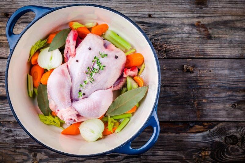 汤汤的成份:鸡,红萝卜,芹菜,葱 免版税库存照片
