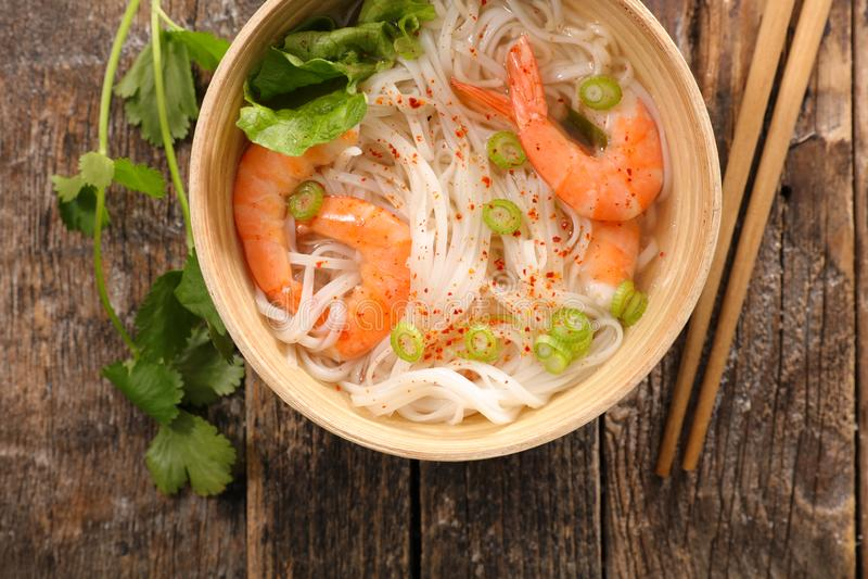 汤用虾和面条 免版税图库摄影