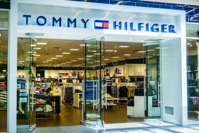 汤米・席尔菲格在伟大的购物中心的商店入口 库存照片