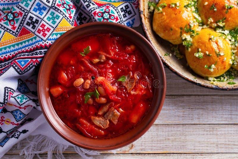汤罗宋汤用菜、肉、豆和甜菜根做了 小圆面包Pampushky -乌克兰蒜味面包 库存图片