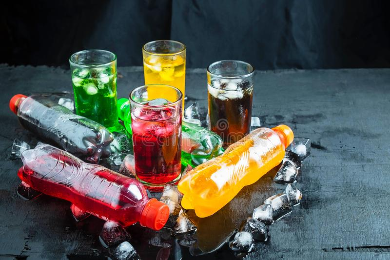 汽水和杯在冰和刷新的汽水 库存照片