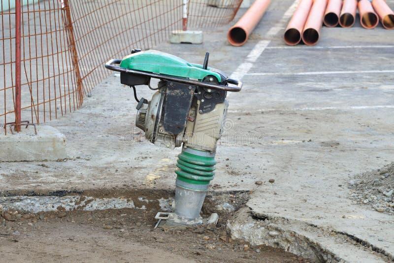 汽油或柴油振动的板材压紧机在路constructio 库存图片