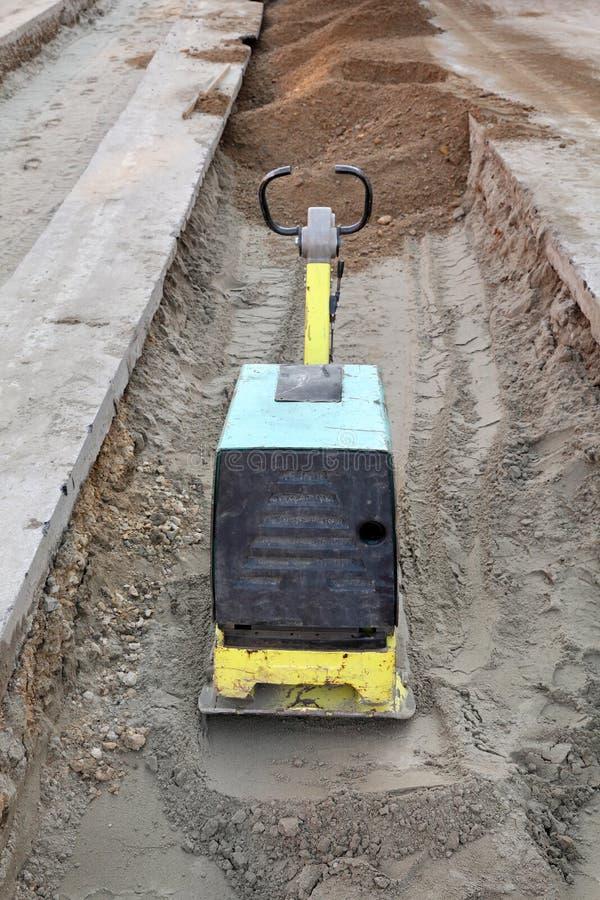 汽油或柴油振动的板材压紧机 免版税库存图片