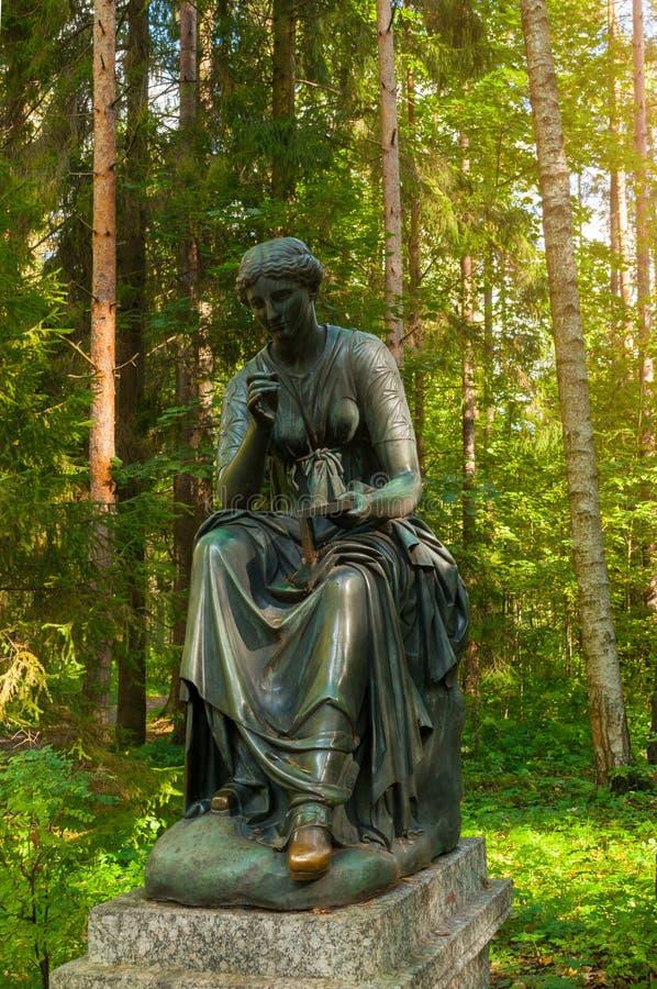 汽笛风琴铜雕塑-史诗和知识冥想  Pavlovsk的,圣彼德堡,俄罗斯老西尔维娅公园 库存图片