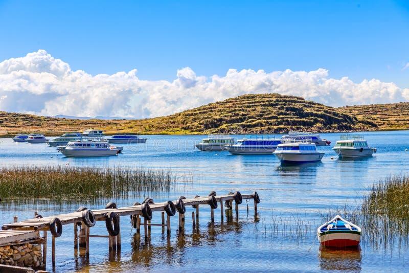 汽船停住在Titicaca湖,玻利维亚海岸  免版税库存照片