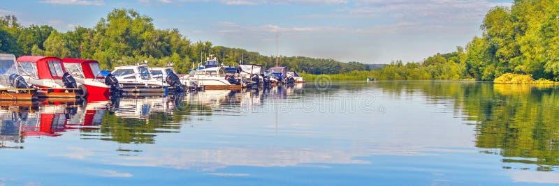 汽船停车处在美丽如画的河的在一好日子 库存照片