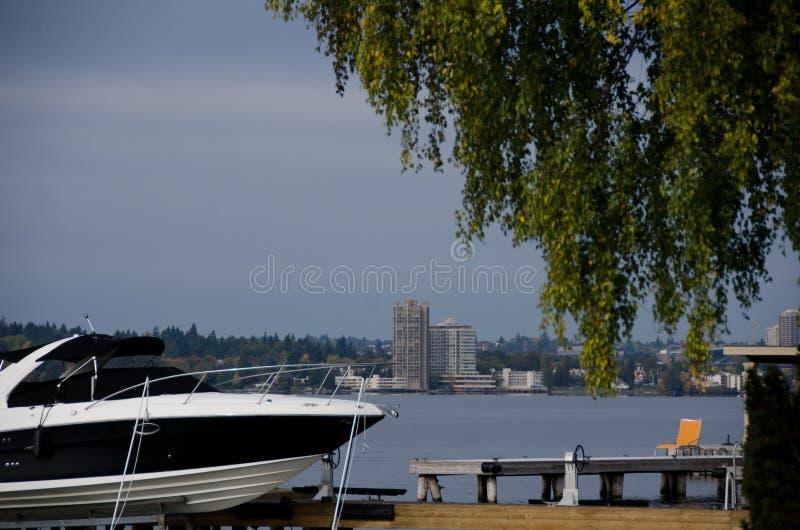汽船和橙色海滩睡椅在Washington湖附近冲浪线 库存图片