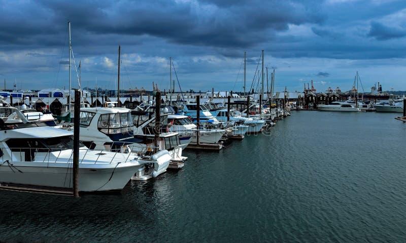 汽船和游艇在小游艇船坞 免版税库存图片