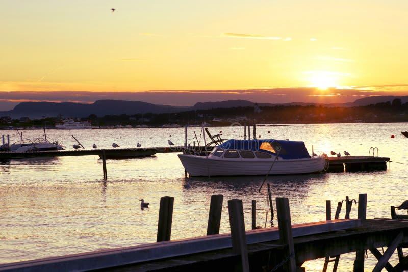 汽船在日落的小游艇船坞 图库摄影