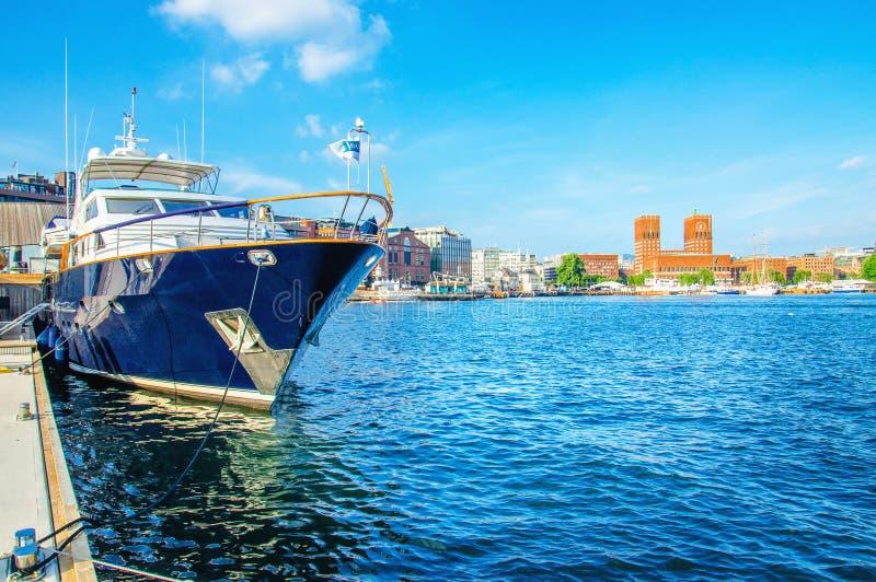汽船在游艇港口在奥斯陆,挪威 免版税库存图片