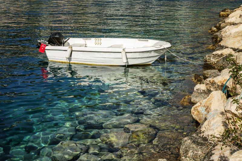 汽船在绿松石海被栓对岩石岸 r 库存照片