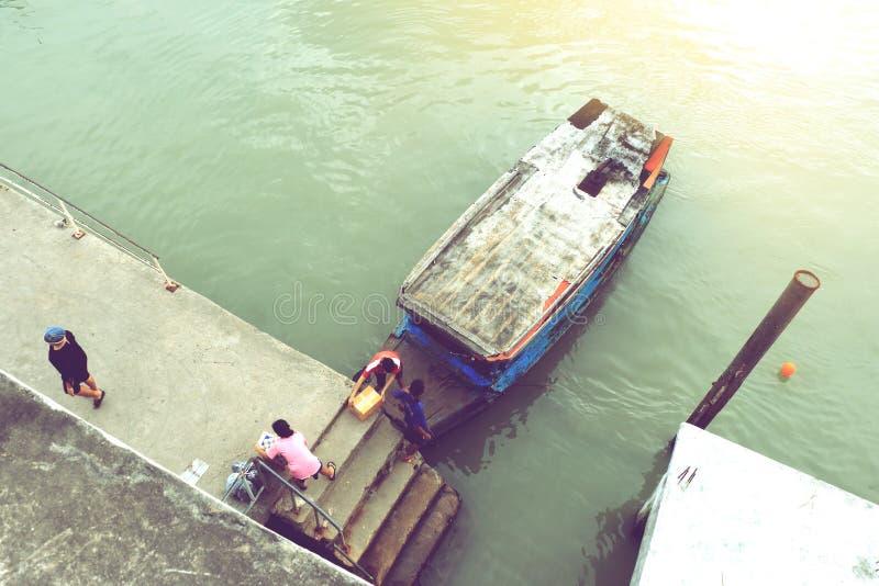 汽船浇灌沿河停放靠码头的出租汽车 库存图片
