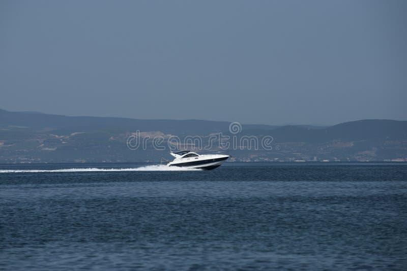 汽船速度在海 在晴朗的海景的快速汽艇 在小船和水运输的旅行 在热带的暑假 免版税图库摄影