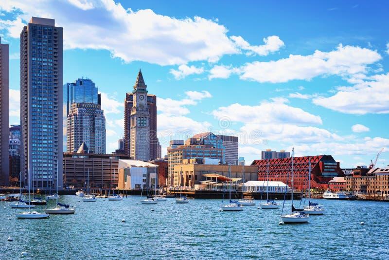 汽艇和长的码头有海关块的波士顿 免版税库存照片