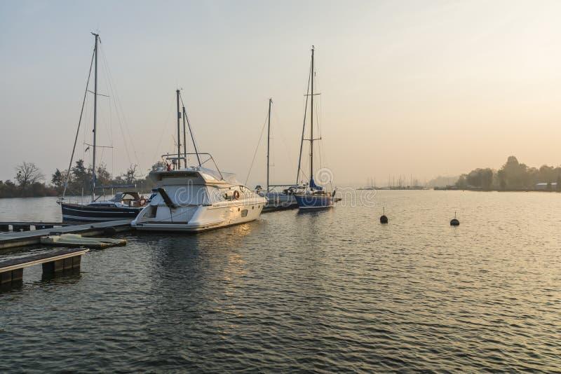 汽艇和风船在码头在湖 图库摄影