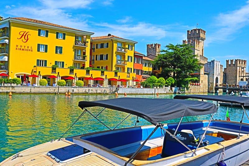汽艇在加尔达湖口岸西尔苗内镇意大利 免版税库存照片