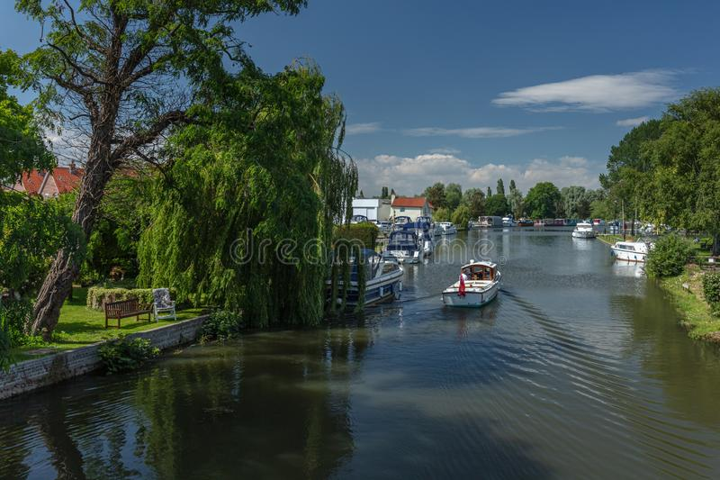 汽艇巡航往河的Waveney Beccles奎伊 免版税库存照片