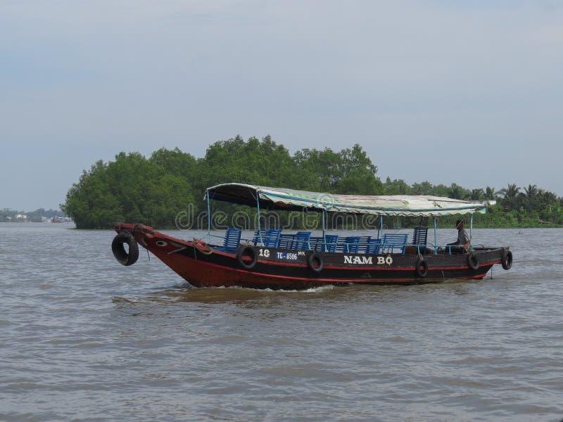 汽艇,游人在旅行将把带对湄公河三角洲 ?? 免版税库存照片