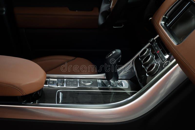 汽车与自动传输的控制板 内部细节 免版税图库摄影