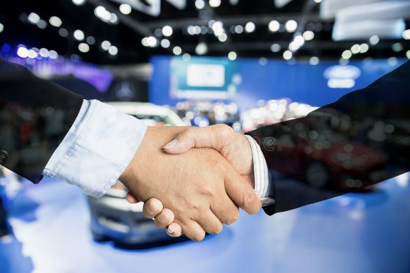 汽车业、汽车销售、成交、姿态和人概念- Clos 免版税库存照片