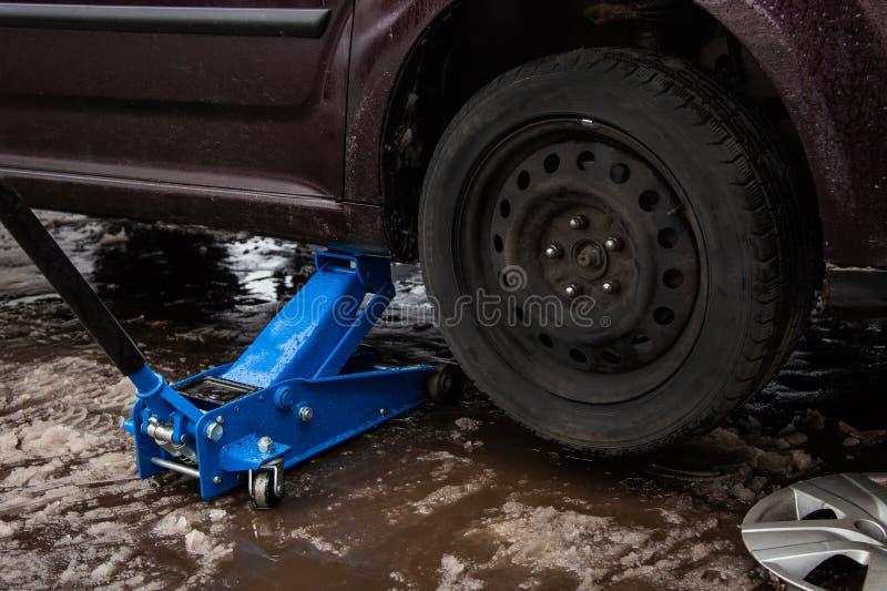 汽车为举的轮子,汽车修理顶起  免版税库存照片