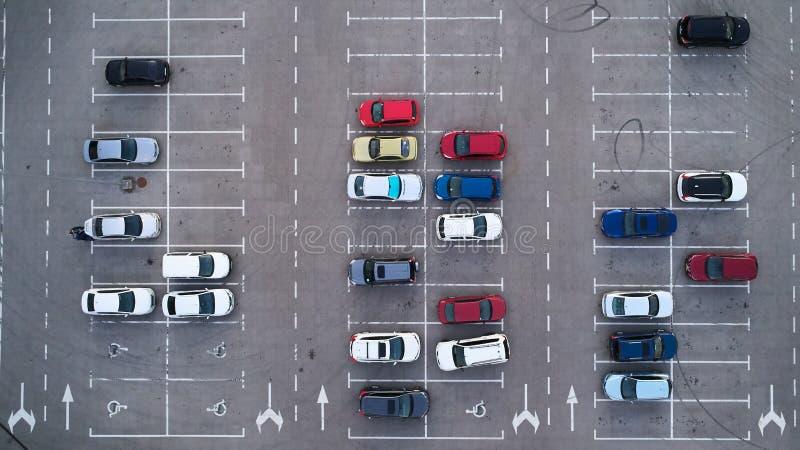 汽车从上面被观看的停车场,鸟瞰图 顶视图 库存图片