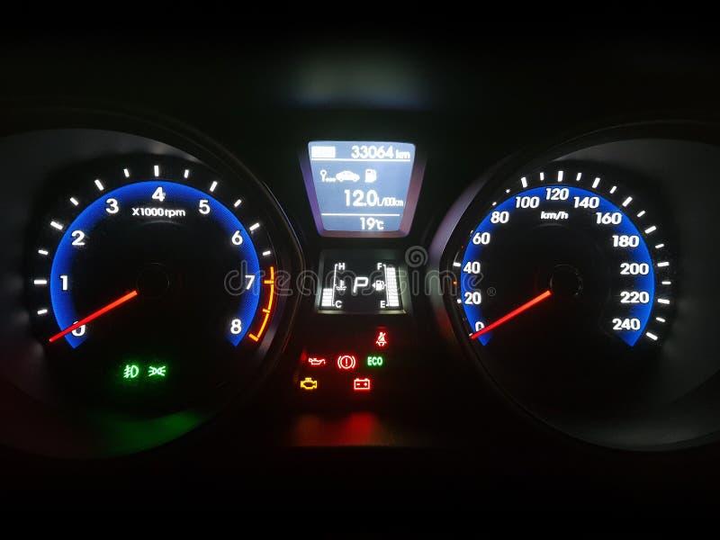汽车仪器在夜间的仪表板盘区 免版税库存照片