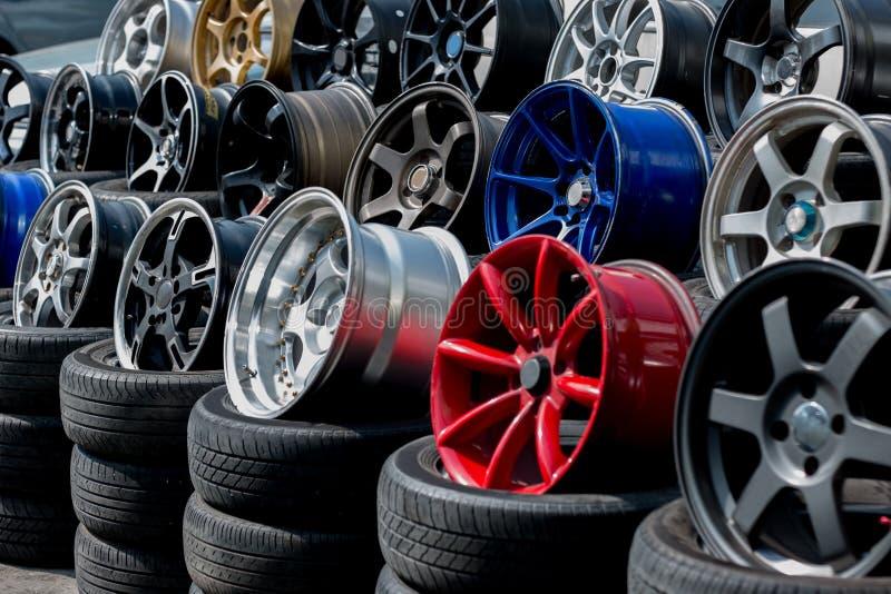 汽车体育外缘和轮胎显示在轮胎购物 免版税库存图片