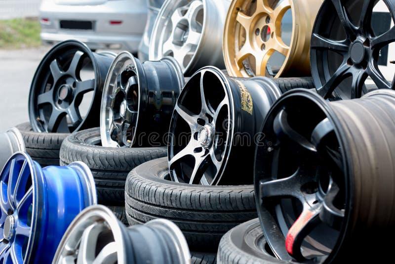 汽车体育外缘和轮胎显示在轮胎购物 库存照片