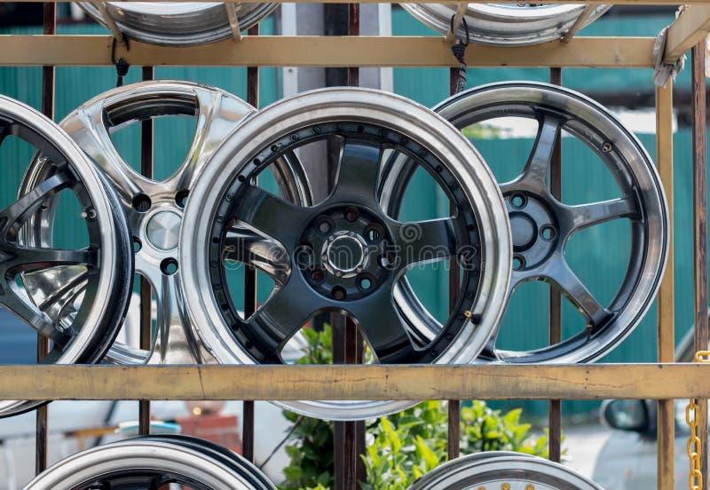汽车体育外缘和轮胎显示在轮胎购物 图库摄影