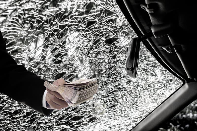 汽车保险概念,商人从保险wi的要求金钱 免版税库存图片