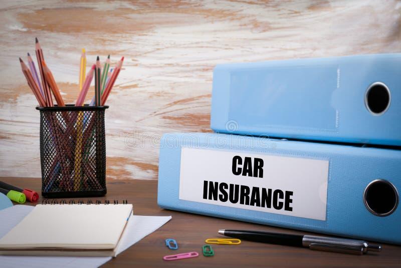 汽车保险,在木书桌上的办公室黏合剂 在桌colore 库存照片