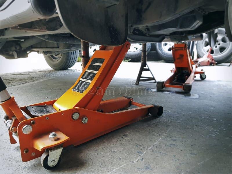 汽车修理公司的橙色水力插座 库存图片