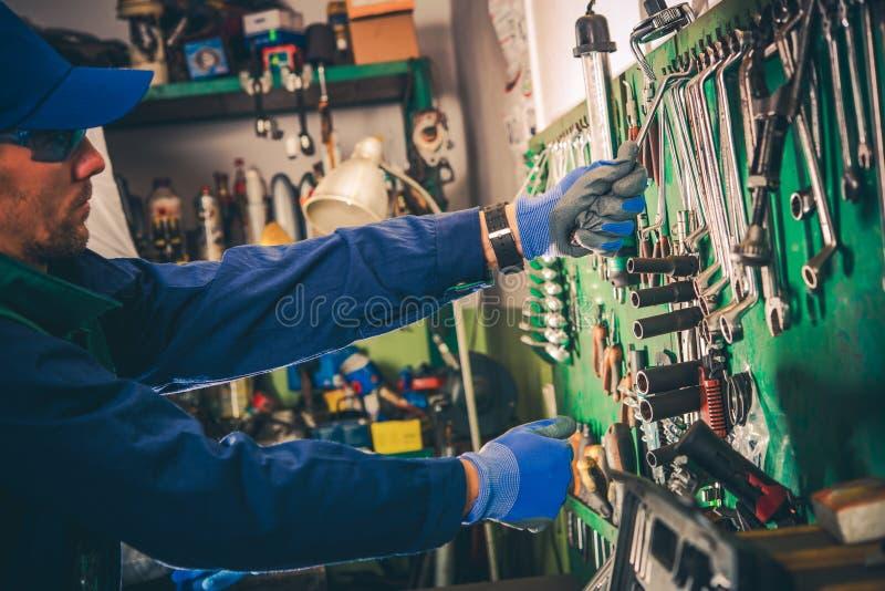 汽车修理师和他的工具 免版税库存图片