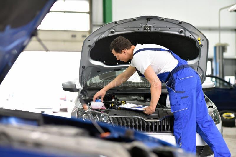 汽车修理师在车间-引擎修理和诊断在ve 图库摄影