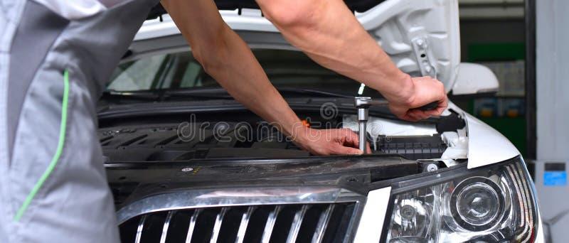 汽车修理师在车间-引擎修理和诊断在ve 免版税图库摄影
