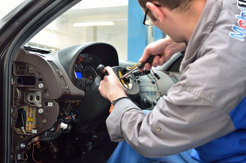Download 汽车修理师拆卸指点汽车专栏 图库摄影片. 图片 包括有 服务, 技工, 特写镜头, 维修服务, 零件, 集合 - 30327542