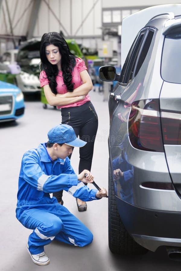 汽车修理店妇女 免版税库存图片
