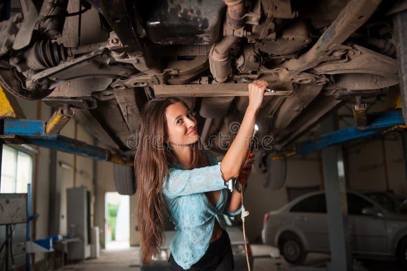 汽车修理店的性感的美丽的女孩 免版税图库摄影