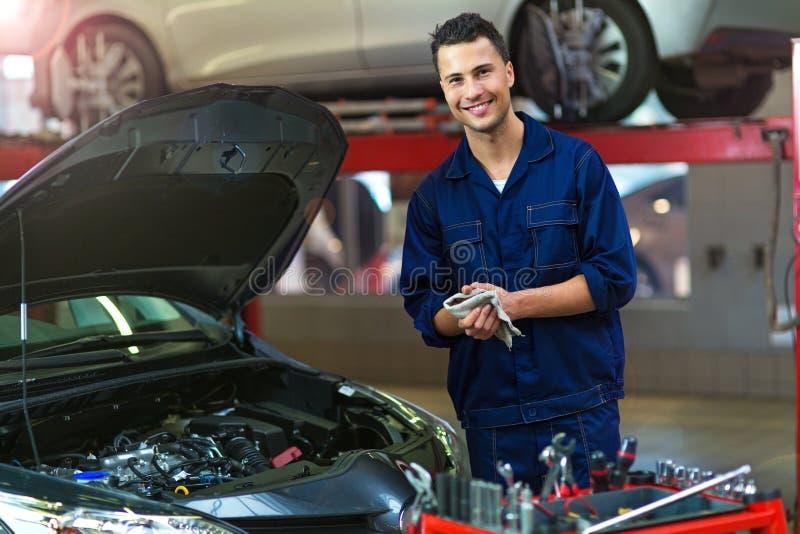 汽车修理店的汽车修理师 免版税库存图片