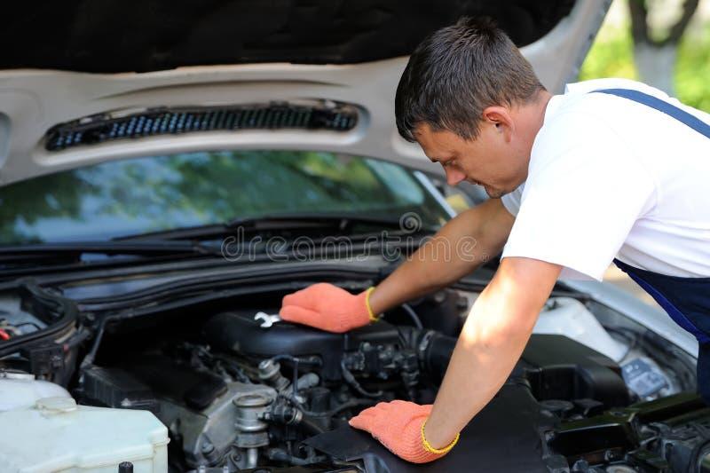 汽车修理服务的汽车修理师 免版税库存照片